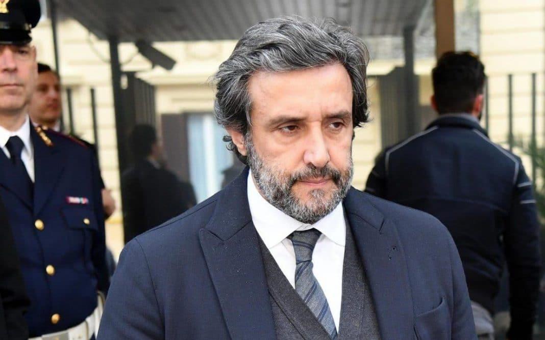 """""""Abbandona L'Eredità"""" Flavio Insinna lo proclama in diretta"""