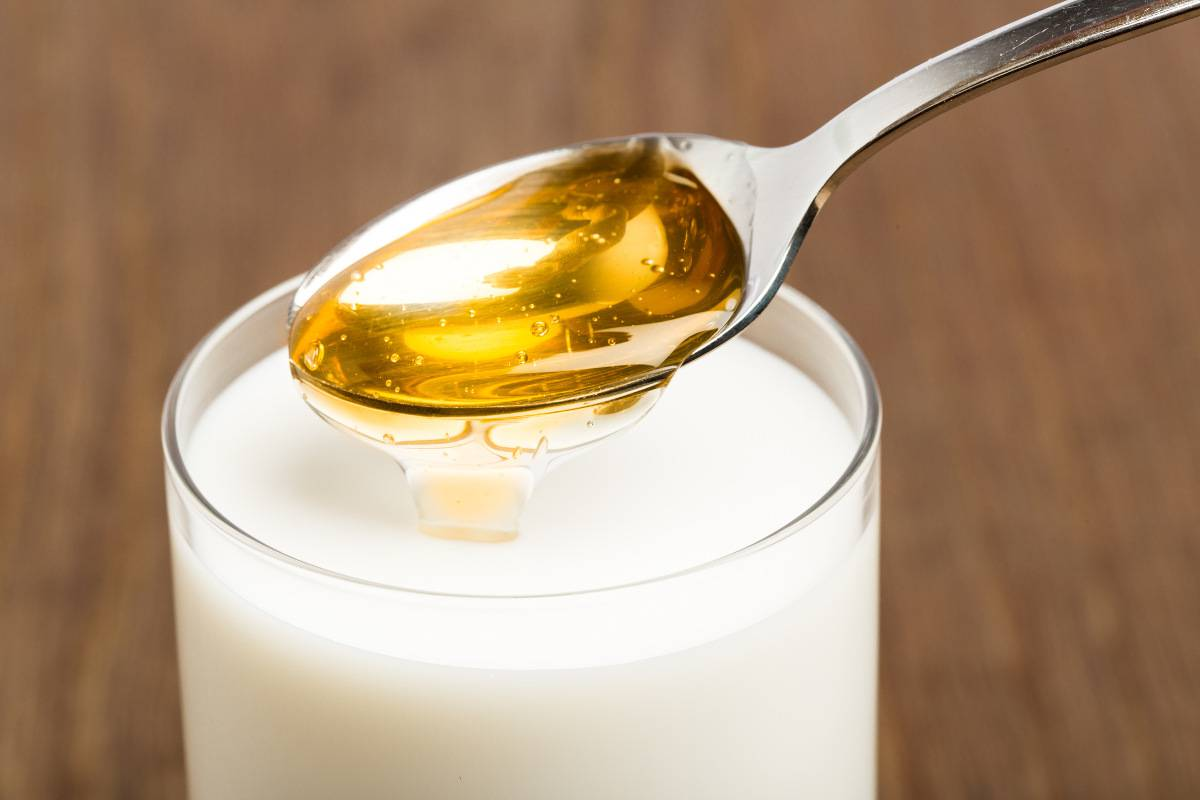 latte caldo con miele fa bene