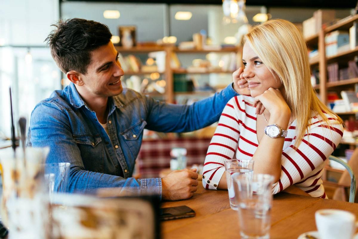 coppia che flirta