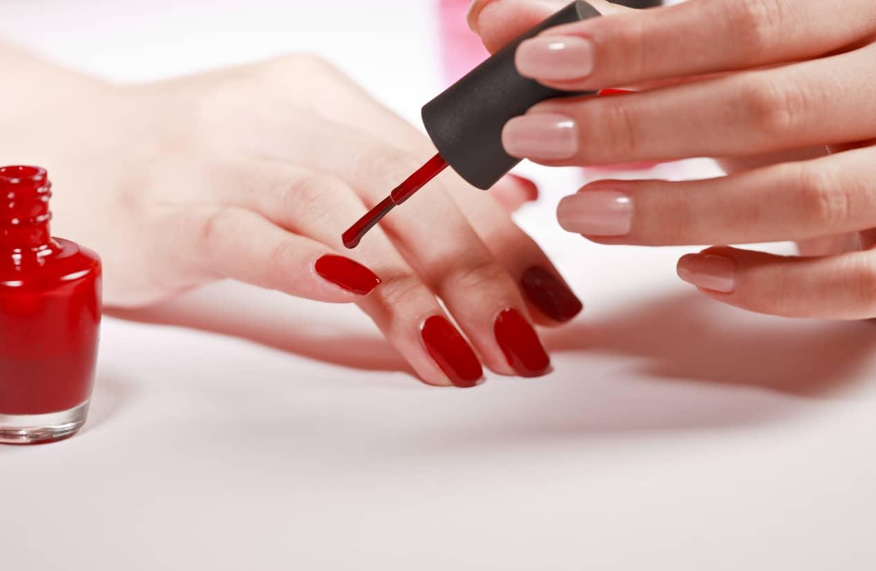 Smalto: scopri come lo smalto per unghie influisce sulla tua salute