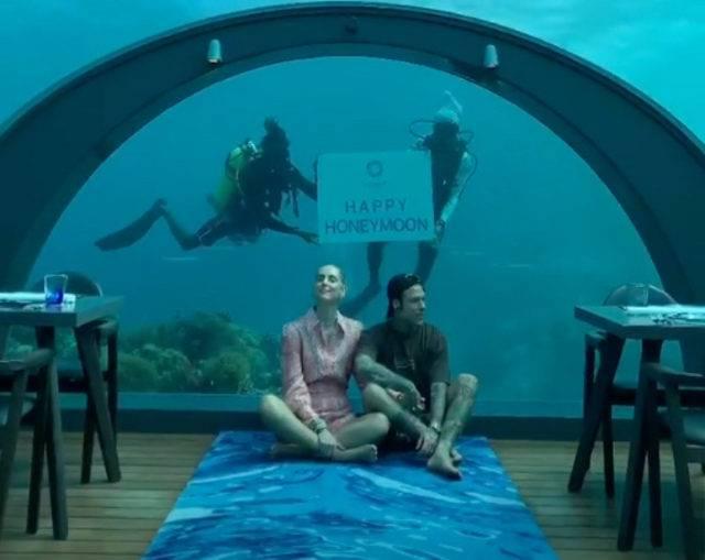 Fedez e Chiara ristorante sott'acqua