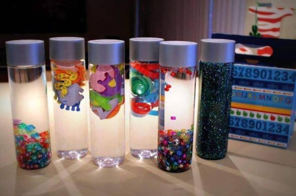 Bottiglie sensoriali Montessori, cosa sono e come farle in casa