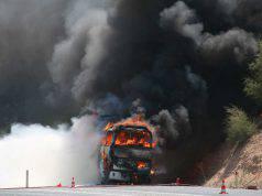 uomo incendia scuolabus a milano
