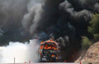 Paura a Milano: uomo da fuoco ad uno scuolabus-VIDEO