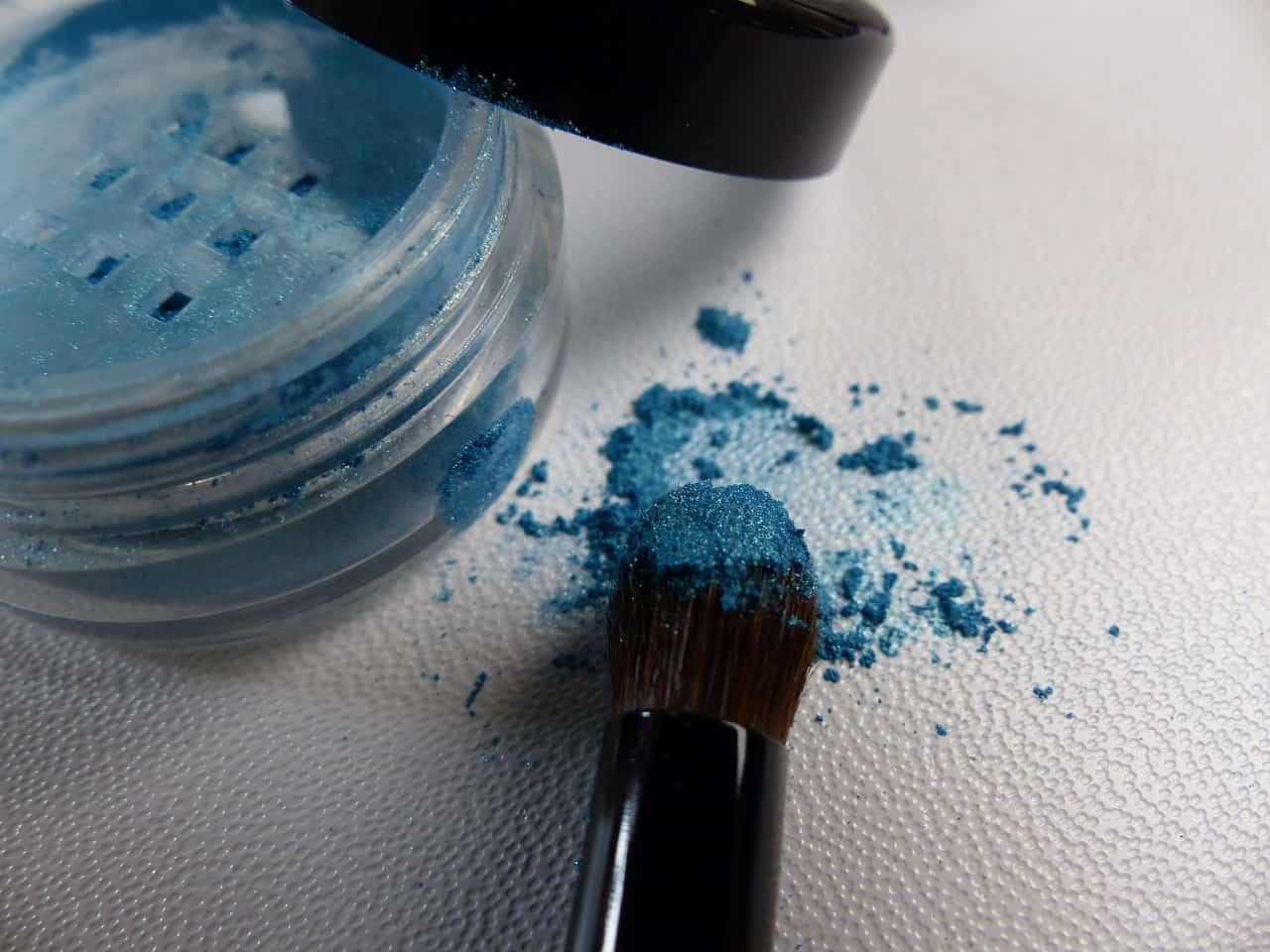 Ombretto azzurro, nuova tendenza makeup Primavera Estate 2019