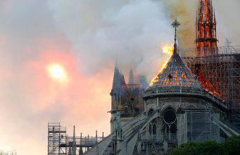 Brucia la Cattedrale Notre-Dame di Parigi