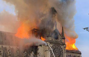 Parigi, incendio gravissimo cattedrale Notre Dame. Crolla Guglia Centrale – VIDEO