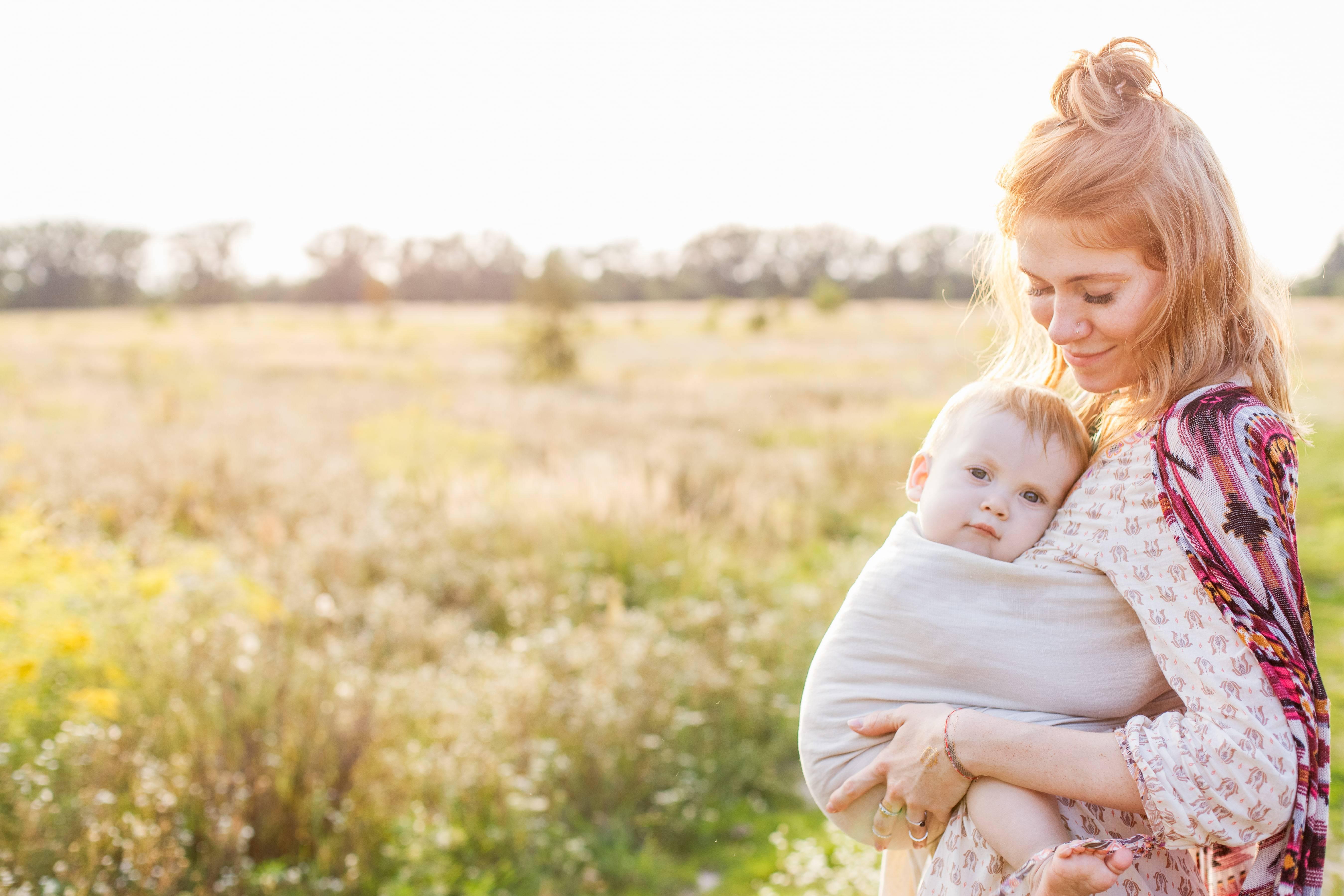 Perché le mamme portano i bambini a sinistra? La risposta della scienza