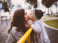 Baciare i figli sulla bocca, impatto psicologico e parere degli psicologi