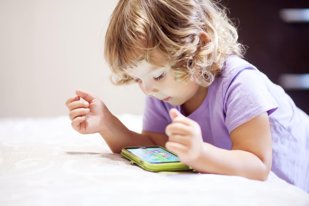 L'OMS lancia l'allarme, niente schermi per i bimbi sotto i due anni