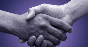 Test: il modo in cui stringi la mano rivela la tua personalità