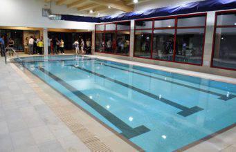 «Non sapeva nuotare», giovane ragazzo cade in piscina e annega
