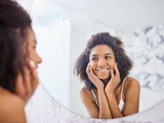 Fiducia in se stessi, come potenziarla usando lo specchio prima di dormire