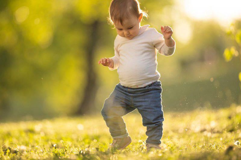 bimbo che cammina