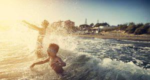 Il bagno al mare dopo mangiato non fa male ai bambini