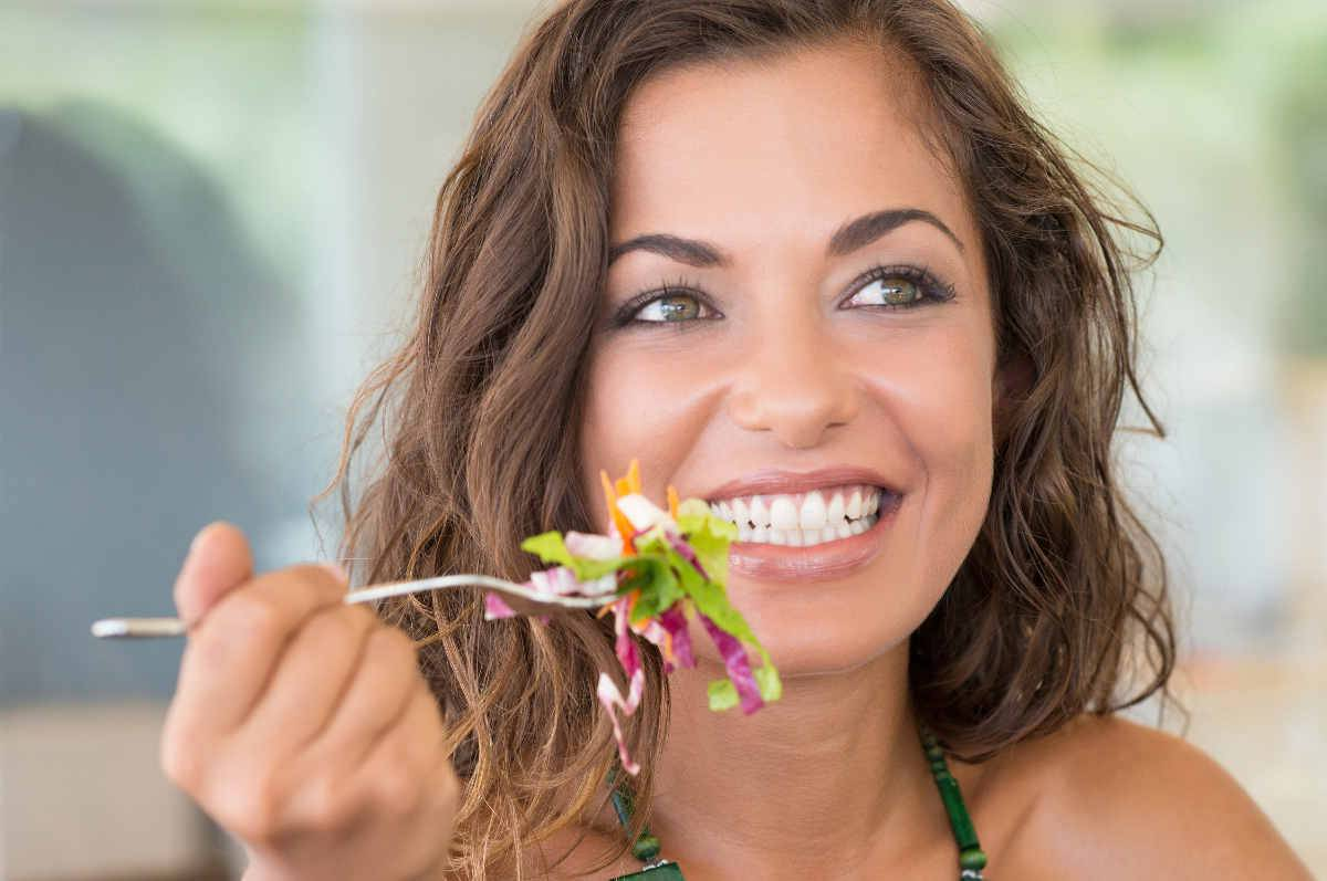 donna mangia felice