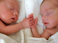 I suoi gemelli si svegliavano 40 volte a notte poi trova un metodo geniale
