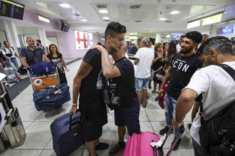 Atterraggio d'emergenza per 122 italiani al Cairo