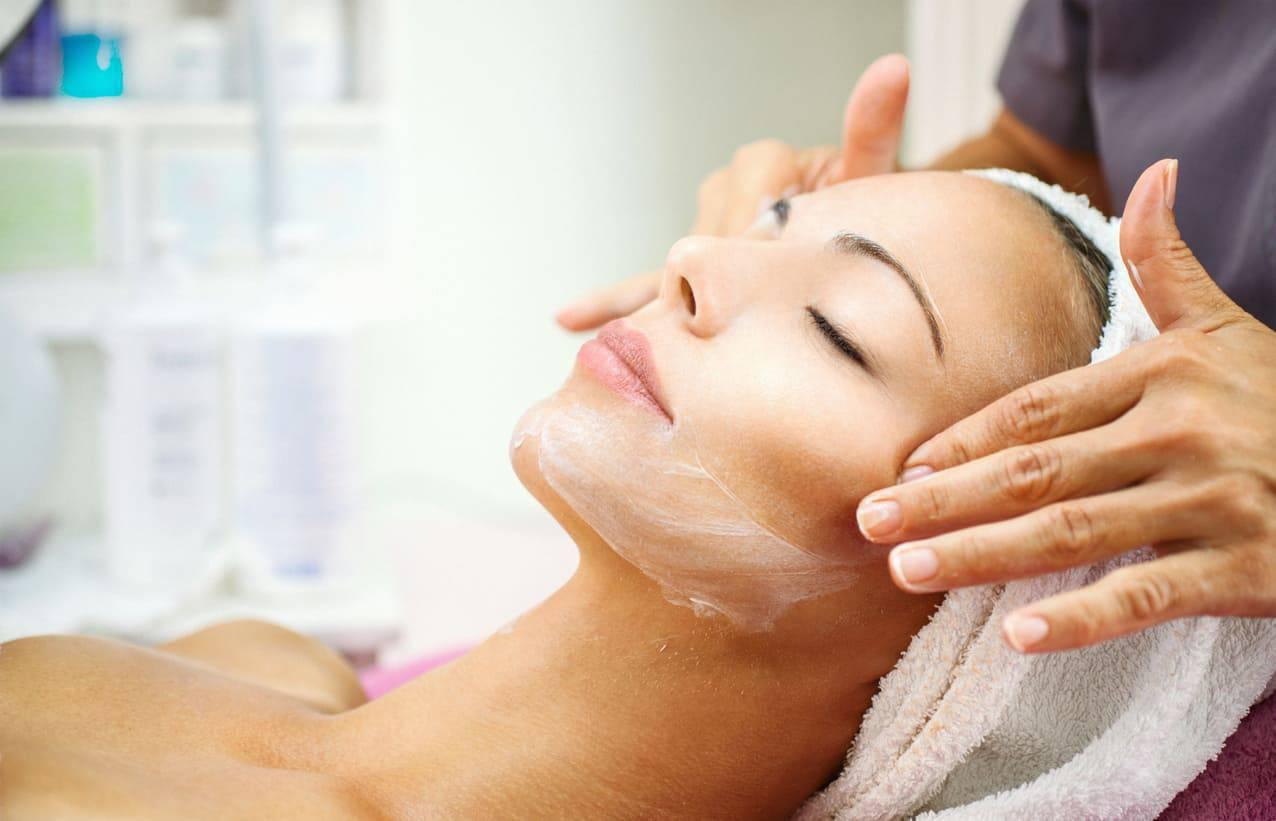 Peeling viso, cosa è e come funziona sulla pelle
