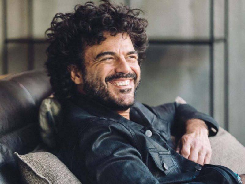 Francesco Renga sul divano