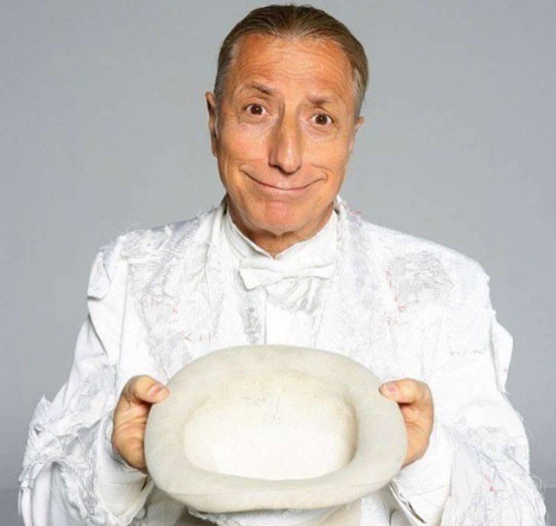 Pippo Franco vestito di bianco