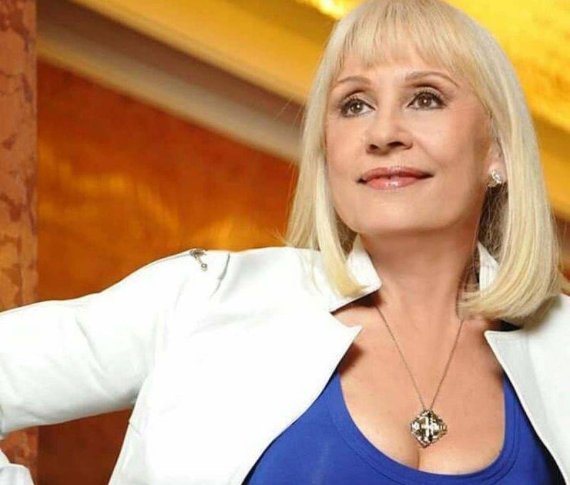 Raffaella Carrà in blu