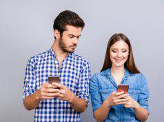 Coppia: 5 consigli per limitare l'impatto dei social network