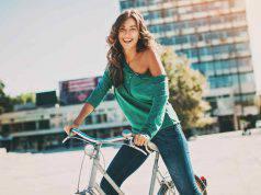 donna in bici