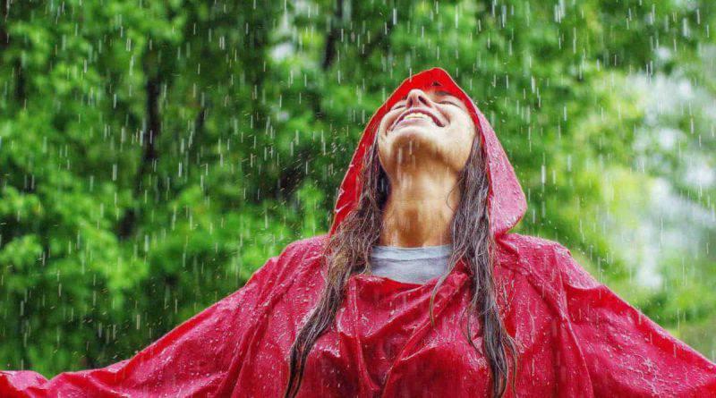 Camminare sotto la pioggia: 5 benefici per la salute