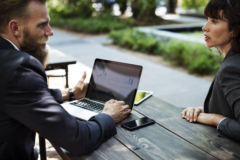 uomini e donne a lavoro: chi lavora di più?