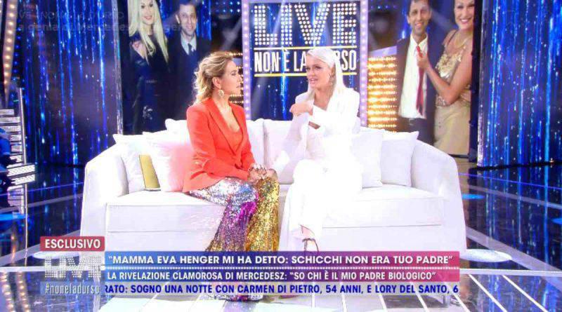 Barbara d'Urso sul divano con Mercedesz