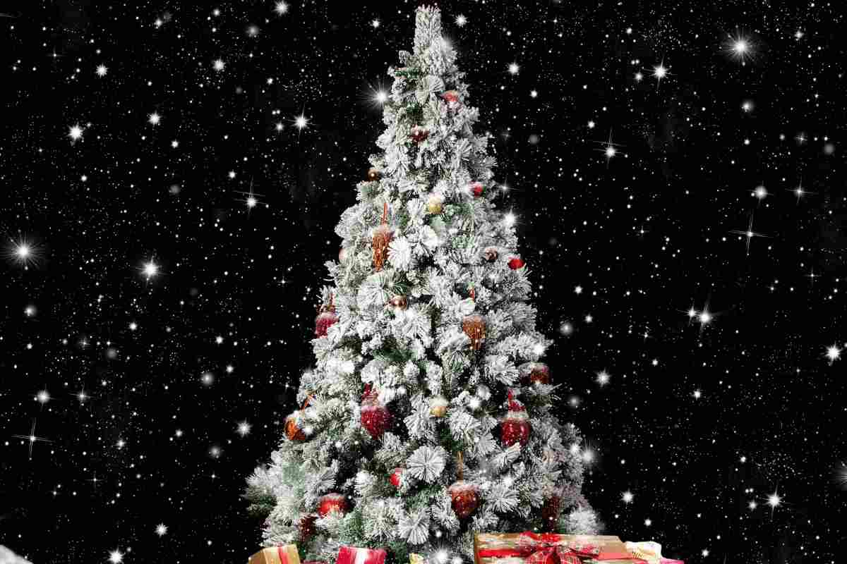 Albero Con Bacche Rosse albero di natale innevato | come abbellirlo e renderlo elegante