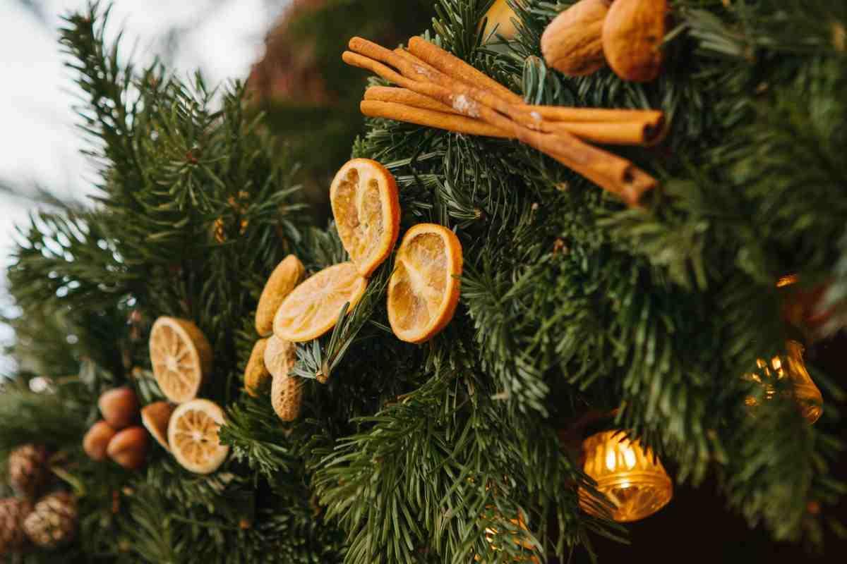 Albero Di Natale Addobbato Con Biscotti.Albero Di Natale Decorato Con Arance Essiccate E Cannella