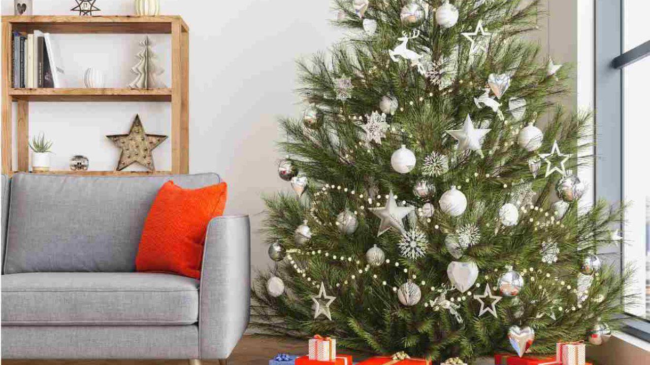 Albero Natale Decorato Rosso albero di natale bianco e argento: come si può addobbare?