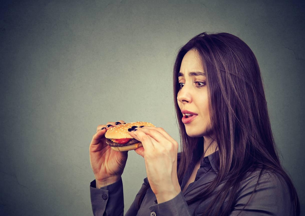 Donna con panino