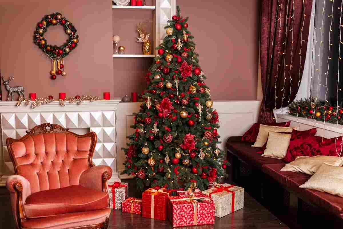 Alberi Di Natale Bianchi E Rossi.Albero Di Natale Con Decorazioni Rosse Un Classico Delle Festivita