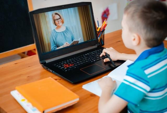 Aiuti i tuoi figli ad organizzare lo studio a casa con queste 12 MOSSE!