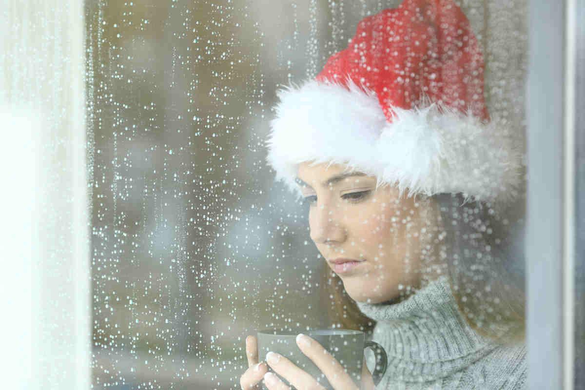 Donna con cappellino di Natale