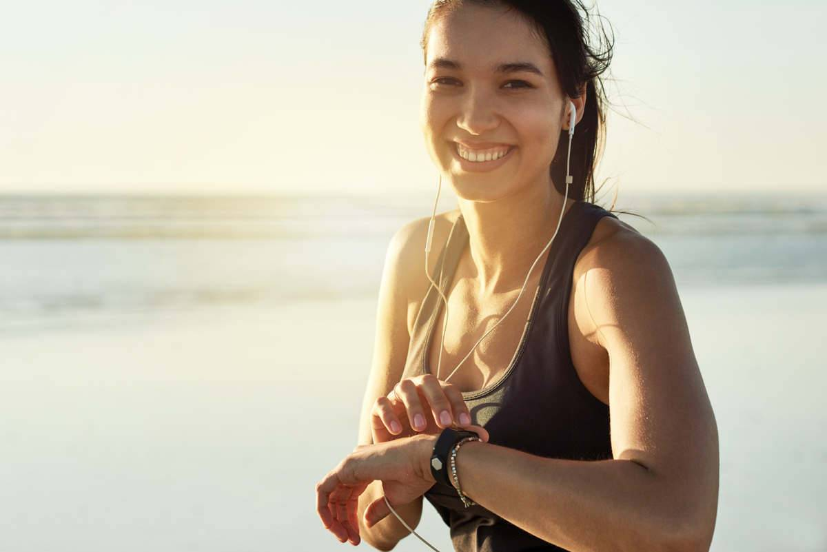 Donna che fa fitness con orologio
