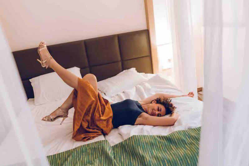 sdraiarsi sul letto vestiti