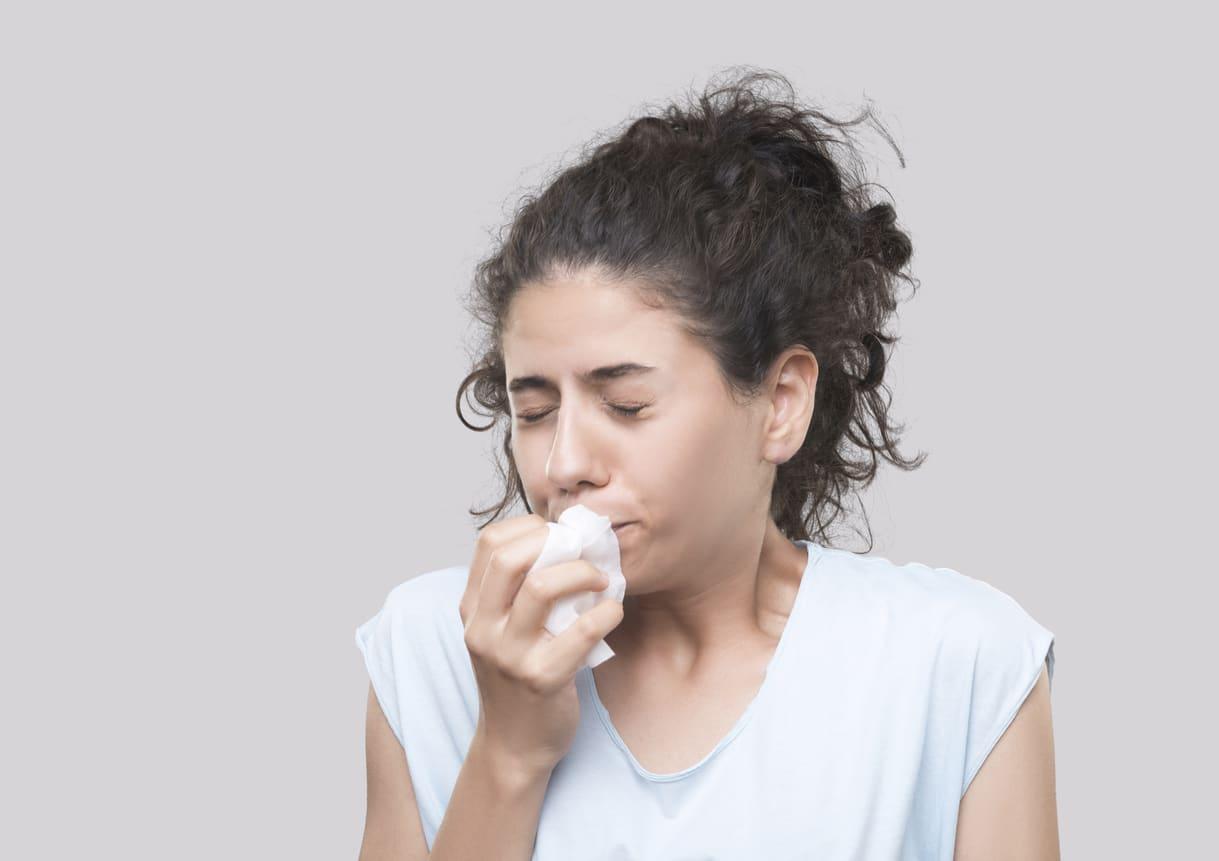 Trattenere lo starnuto potrebbe causare rischi alla salute