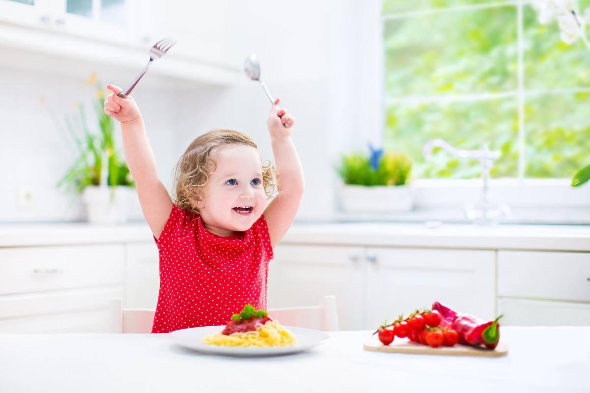 bambina a tavola