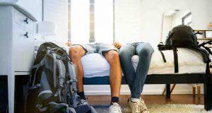 sdraiarsi sul letto con i vestiti