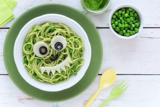 Pranzo per i bimbi | Spaghetti con pesto di piselli e zucchine