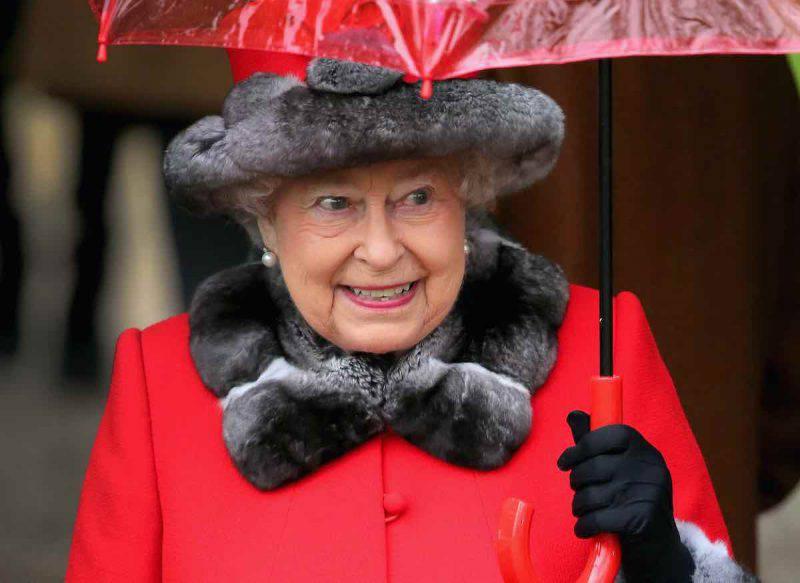 Elisabetta II sostiene Harry e Meghan