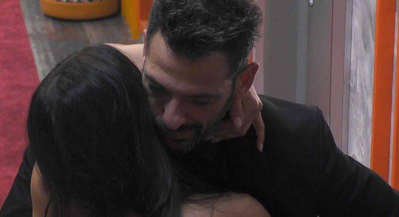 Serena Enardu prova a baciare Pago