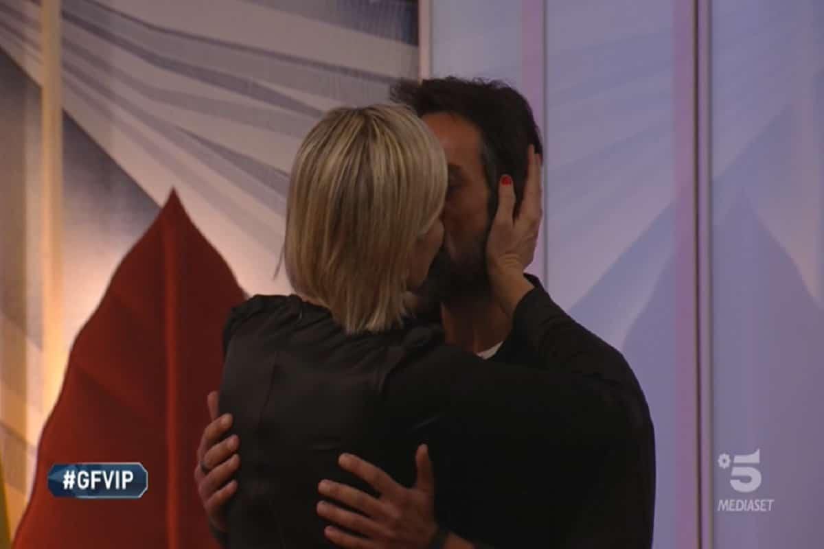 antonella elia bacia il fidanzato pietro