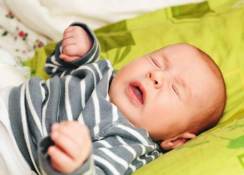 neonato starnuto