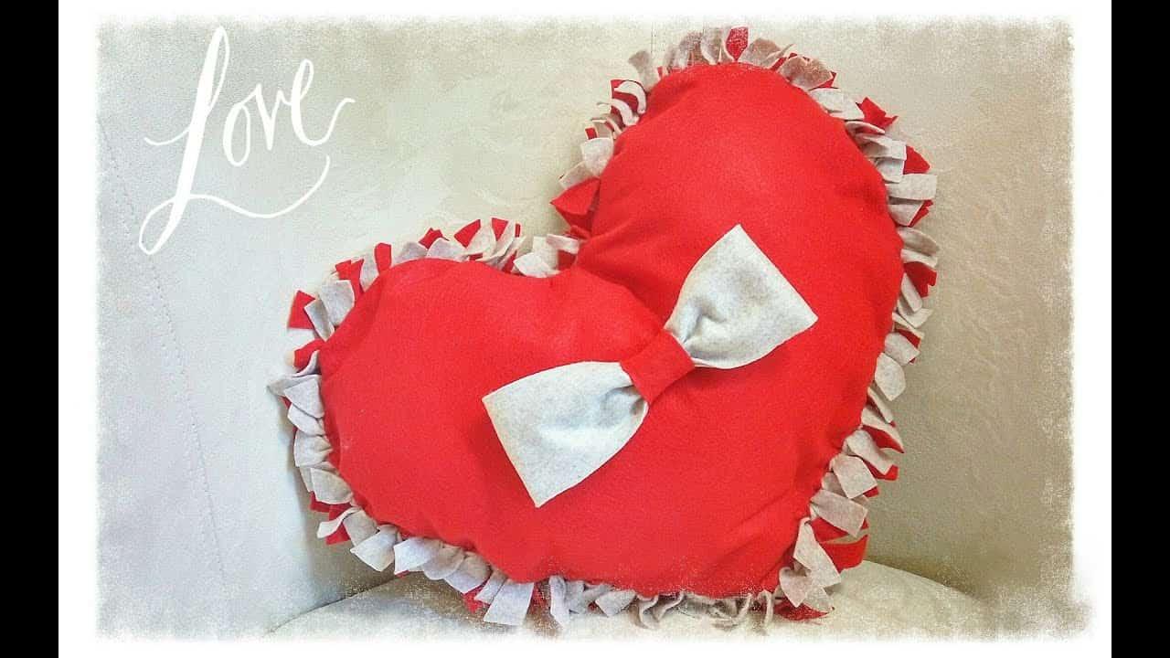 San Valentino fai da te | cuscino a cuore in feltro