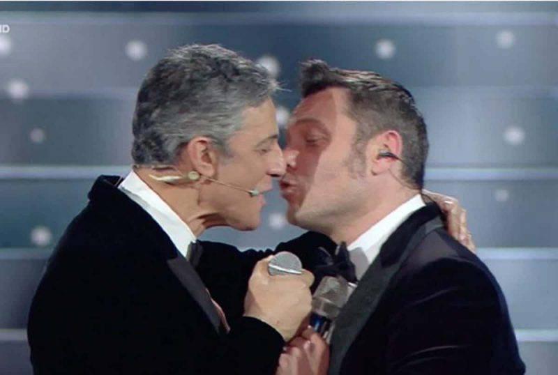 bacio fiorello e tiziano ferro sanremo